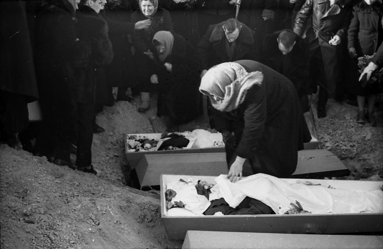 Dyatlov Pass: 9 Mar 1959 funerals, Zina and Doroshenko open coffins