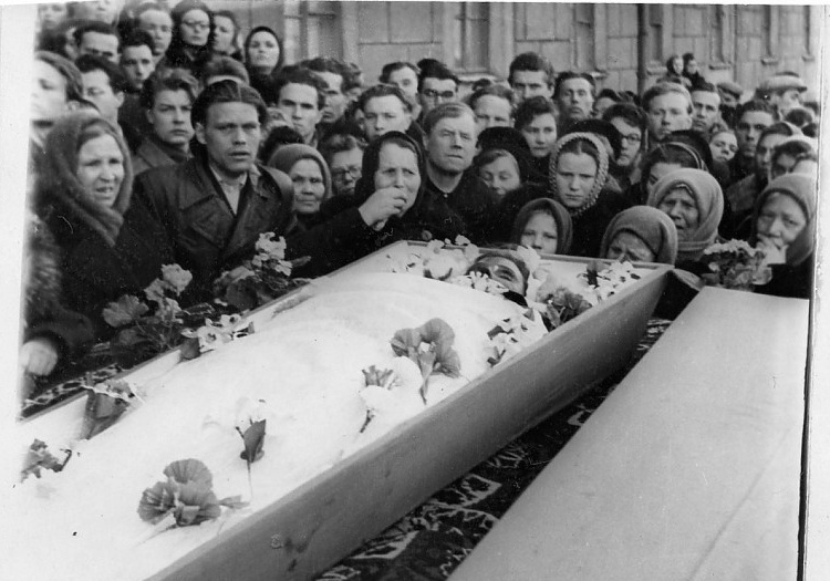 Dyatlov Pass: 9 Mar 1959 funerals, Zina's open coffin