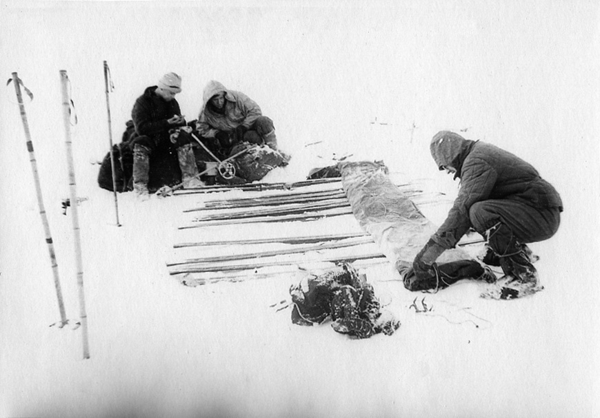 Dyatlov Pass: Tent installation on top of skis