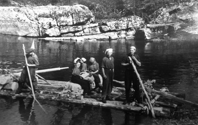 Dyatlov Pass: Juri in the center on a raft in a scarf