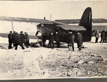 Boarding of Slobtsov's search group on the Uktus-Ivdel plane. Photo from Feb 22. From Brusnitsyn's album.