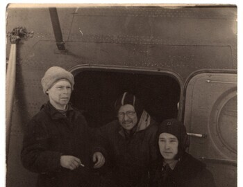 Karelin group with a helicopter: E.Serdityh-B.Borisov-N.Nemyko (flight technician). Photo most likely from Mar 4 when the last students left the search.