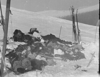 The belongings of the Dyatlov group. On the left are a pair of skis with hard bindings and aluminum poles. Possibly belong to Atmanaki or Maslennikov.