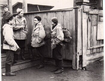 Kuznetsov-Askinadzi-Suvorov-Mohov. According to Askinadzi they are waiting in line to buy tickets to Ivdel at the railway ticket office in Serov.