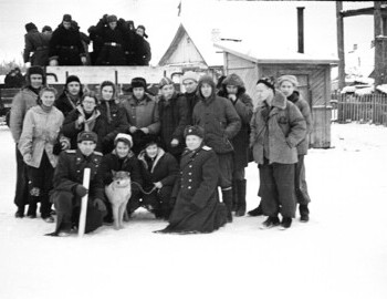 Vizhay. A group shot of servicemen with part of the Dyatlov and Blinov groups. Jan 25. (read more on the gallery page)