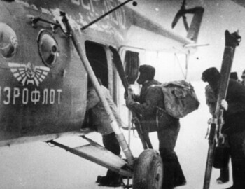 1S-02 Slobtsov group boarding helicopter (31510 123ЛО aircraft commander Pustobaev) in Ivdel. Far right - Devyatov. Photo from Feb 23. Brusnitsyn archive.