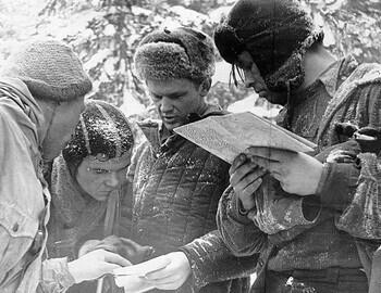 1S-05 Searchers read Ortyukov's instructions dropped in a canister and check the route with the map. From left to right: Sharavin?-Lebedev-Slobtsov-Halizov. Presumably - photo from Feb 25. Brusnitsyn archive.