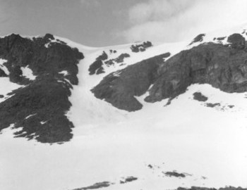 The Chivruay Pass slopes towards the Kitkuay river, traces of avalanches