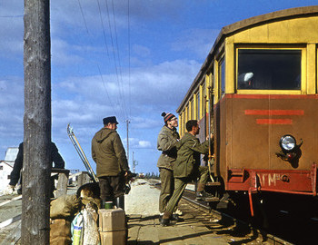 A guide with a dog, Yuri Kozin and Venyamin Mochalihin boarding the railcar to Puncha village