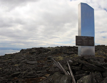 A monument on the plateau near the Chivruay-Ladv Pass