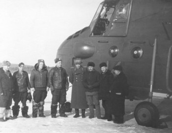 Ivdel airport, in the center helicopter commander Protyazhenko and Colonel G. Ortyukov, on the far right criminalist Lev Ivanov and next to him radio operator Egor Nevolin