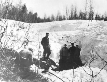 Yuri Delevich in the center, Dyatlov Pass ravine, den - photo archive Tolya Mohov