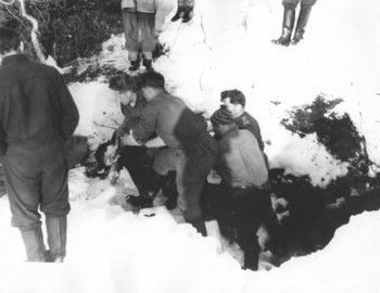 Excavating the body of Alexander Kolevatov - photo archive Tolya Mohov