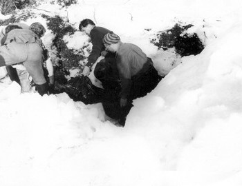 Dyatlov Pass Den, wrapping the bodies for transportation - photo archive Tolya Mohov