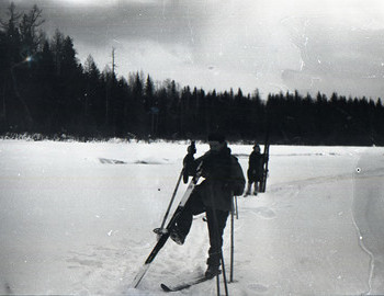 Zolotaryov, in the background Zina Kolmogorova stands on skis and blocks the figure of Lyuda Dubinina