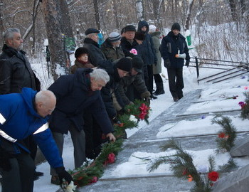 02 Feb 2009. Contemporaries and friends of the lost group lay flowers on their tombs.