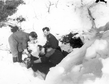 Dyatlov group den, excavating the body of Thibeaux-Brignolle - photo archive Tolya Mohov